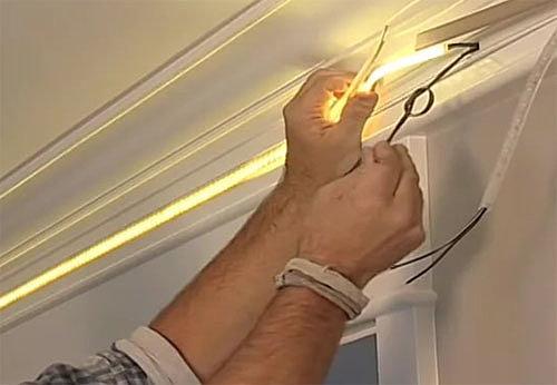 Монтаж светодиодной ленты под потолочным карнизом