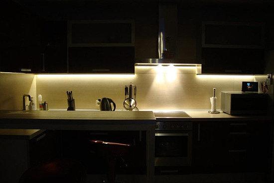 Подсветка на кухне под шкафчиками светодиодной лентой